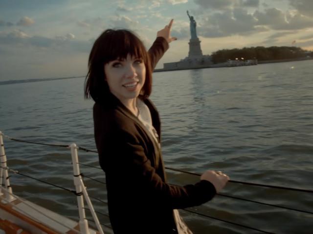 """Há dois anos, Carly Rae Jepsen fazia história com o videoclipe de """"Run Away With Me"""""""