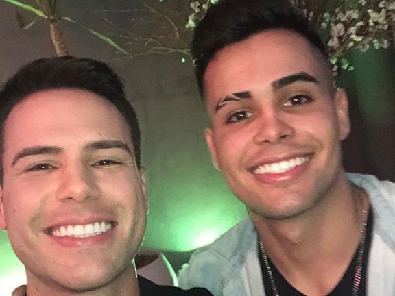 Considerados gêmeos, Luiz Bacci surge ao lado de famoso funkeiro e 'dá tilt' na web