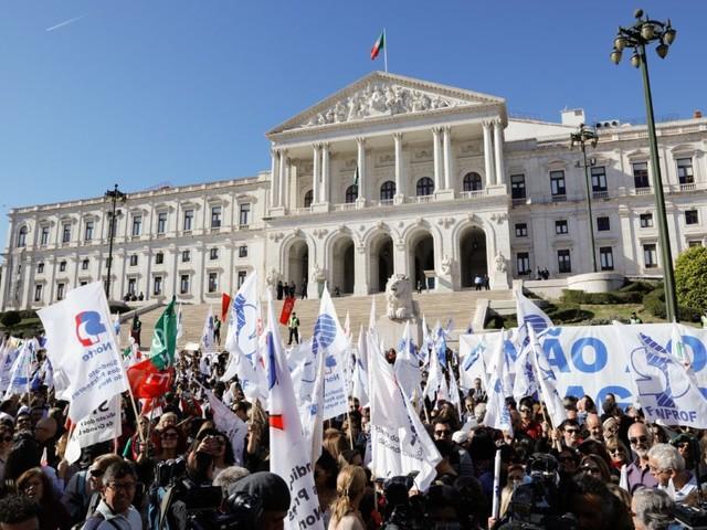 Sindicato de professores que mantém greve exige demissão de ministro e secretária de Estado