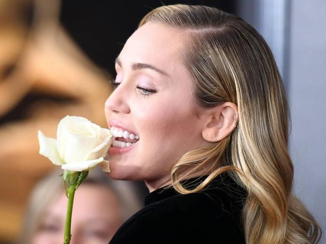 Miley Cyrus manda buquê de maconha com flores de presente de aniversário à irmã Noah