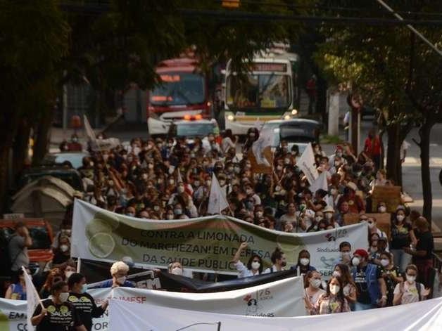 Trabalhadores do Imesf protestam contra demissões em Porto Alegre