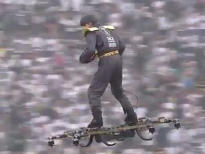 Bola da final da Taça de Portugal chega de drone ao gramado, carregada por homem
