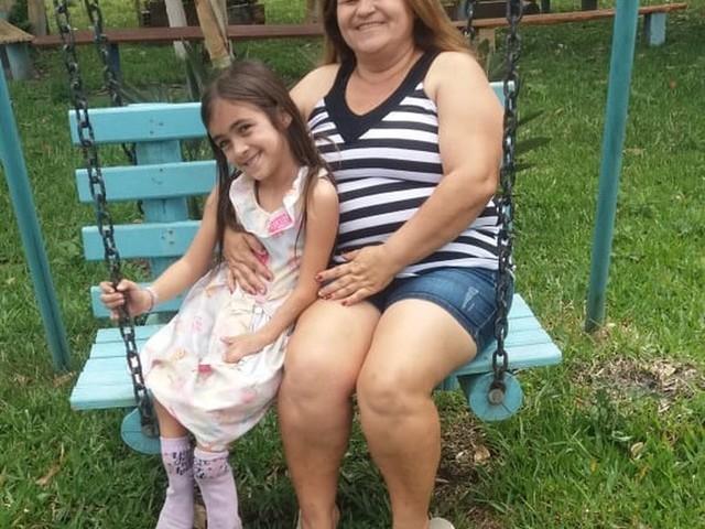 Mãe luta na Justiça há 7 anos para que filha com doença rara nas pernas possa fazer cirurgia