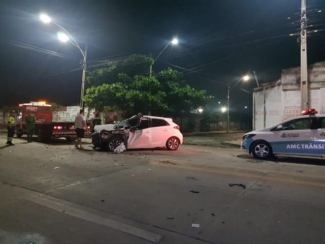Suspeito de roubar carro é perseguido pelas vítimas e fica ferido ao causar acidente na Praia do Futuro, em Fortaleza