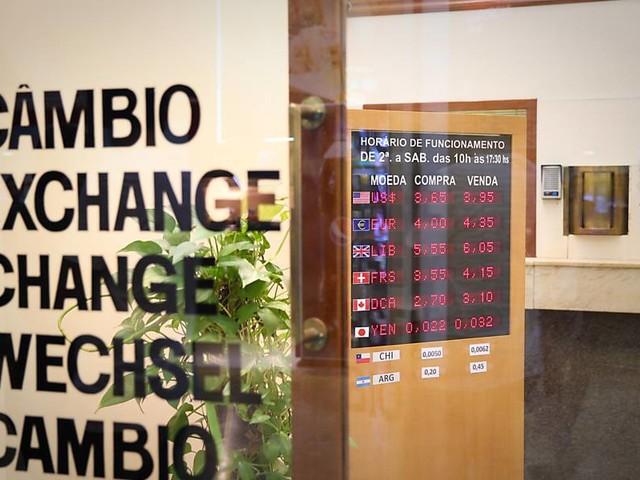 Dólar cai para R$ 3,14 após BC dos EUA manter juros; Bolsa recua 1%