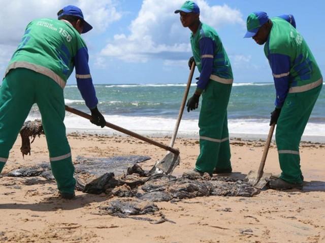 MPF pede que Justiça obrigue governo a acionar plano para conter óleo no Nordeste