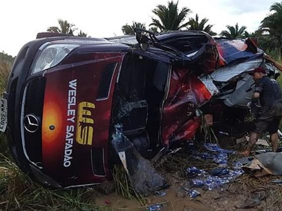 Acidente com van de Wesley Safadão deixa motorista ferido
