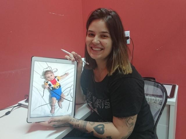 Tatuadora cria perfil para filho em rede social e faz sucesso com fotos divertidas