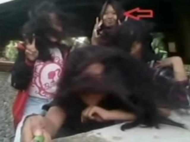 Selfie da morte: adolescente flagra em foto momento em que amiga é atingida por trem