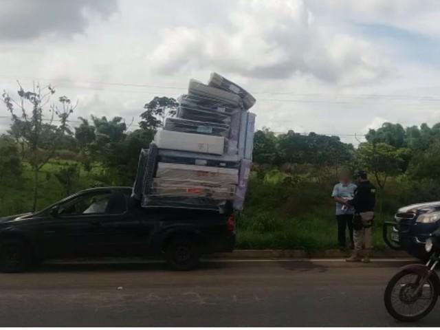 Carro é apreendido transportando 'pilha' com mais de 15 colchões, em Guapó