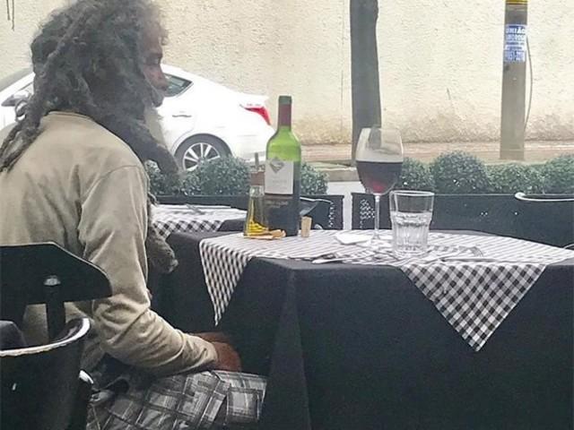 Morador de rua paga almoço em restaurante de bairro nobre e caso viraliza na web