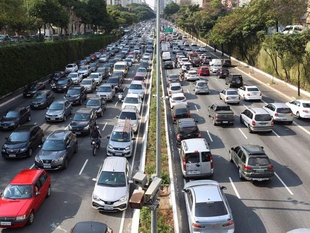 Mais de 40 entidades pedem veto a proposta de vereadores de SP de usar verbas de transporte coletivo no transporte individual