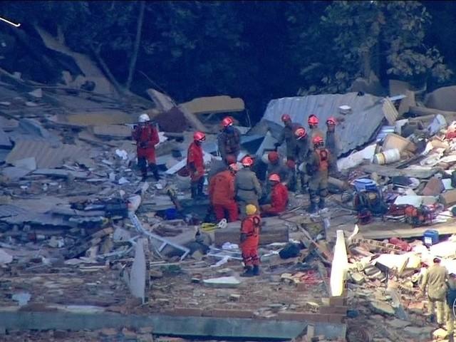 Menino de 12 anos é resgatado com vida de escombros de prédios que desabaram na Muzema