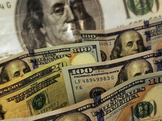 Dólar sobe mais de 2% e encosta em R$ 5,60