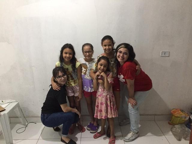 Empreendedora norte-americana cria ONG para ajudar meninas em Caruaru: 'O caminho é a educação'