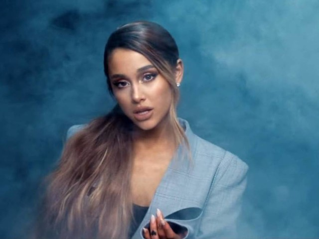Em novo clipe, Ariana Grande ilustra luta contra crises de ansiedade; veja