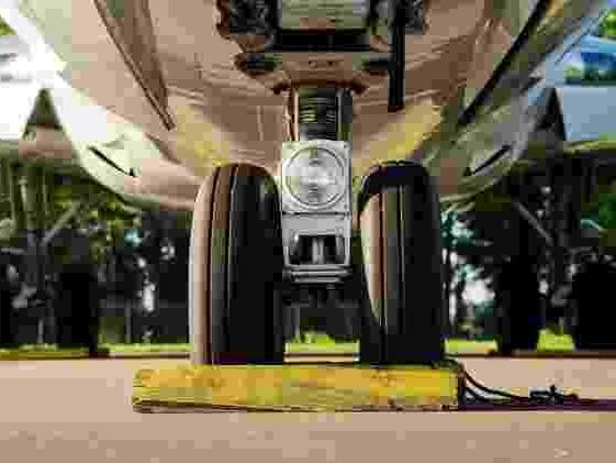 Conheça a tecnologia | Como o pneu de avião suporta toneladas e muito calor?