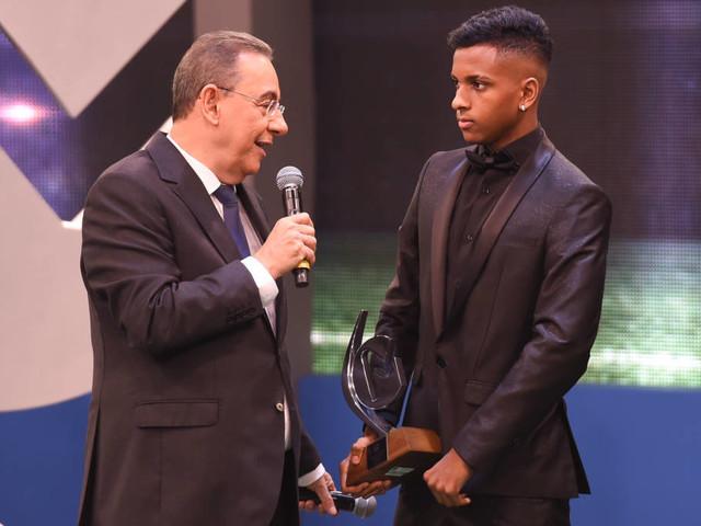 Troféu Mesa Redonda: Rodrygo é eleito a revelação do Campeonato Brasileiro