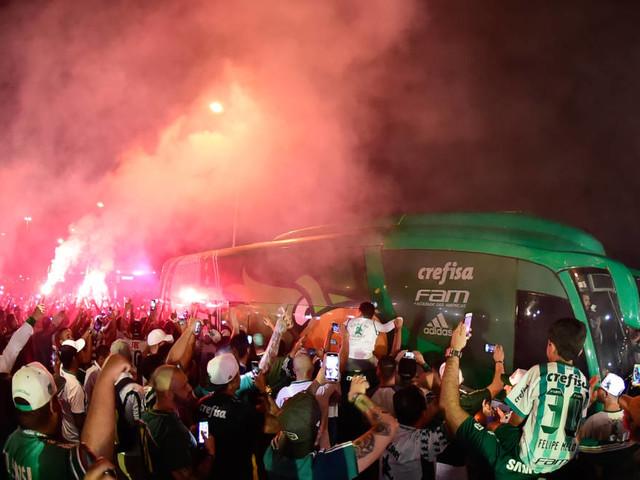 Confira a festa da torcida do Palmeiras no Aeroporto