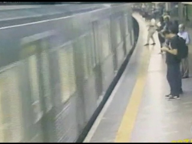 Promotor pede exame de sanidade mental para homem que empurrou jovem no Metrô de SP