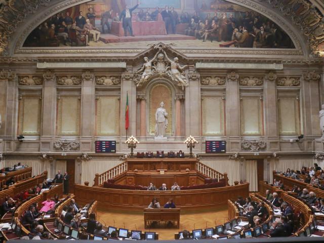 Assembleia da República: maioria absoluta masculina, acima dos 50 e recém-chegada