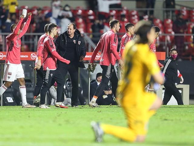 """Ceni rasga elogios a trio formado em Cotia: """"São o motor do time"""""""