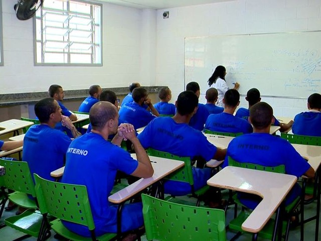 Escola dentro de presídio dá novas chances a detentos no ES