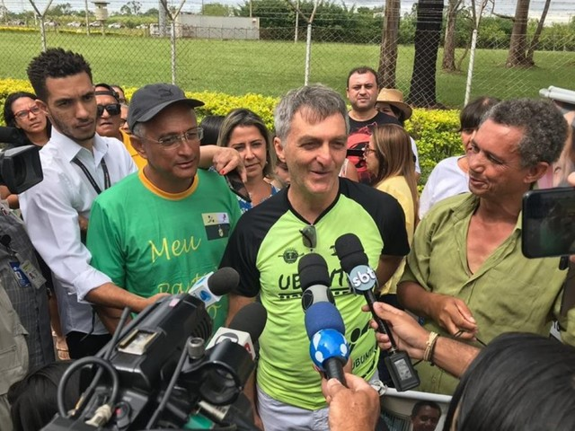 Sem cargo, irmão de Bolsonaro faz intermediação de verbas do governo federal