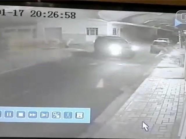 Assaltantes tentam fugir da polícia, mas batem moto em portão e são presos em MS; VÍDEO