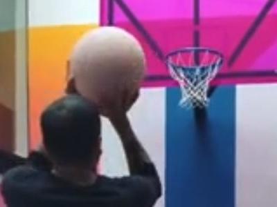 """Ala nos campos e nas quadras? Veja Daniel Alves """"mitando"""" no basquete"""