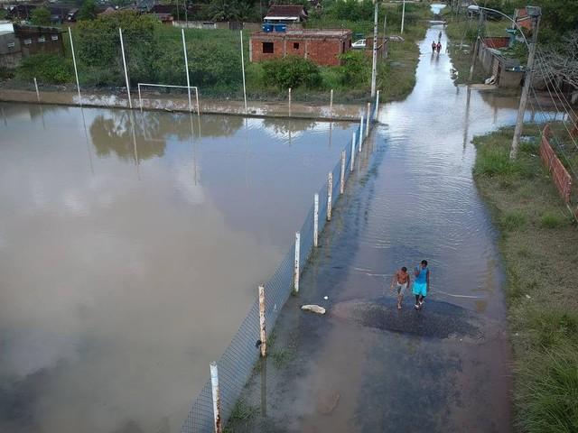 Moradores de Jardim Maravilha, em Guaratiba, passam por simulado contra alagamentos