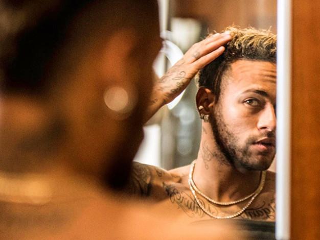 Veja a explicação do horóscopo para os diferentes cabelos de Neymar