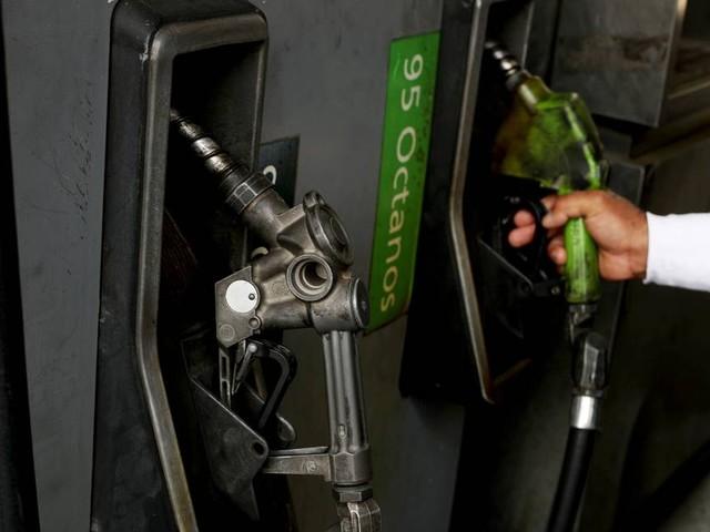 Soldados supervisionam racionamento de combustível na Venezuela em meio a escassez