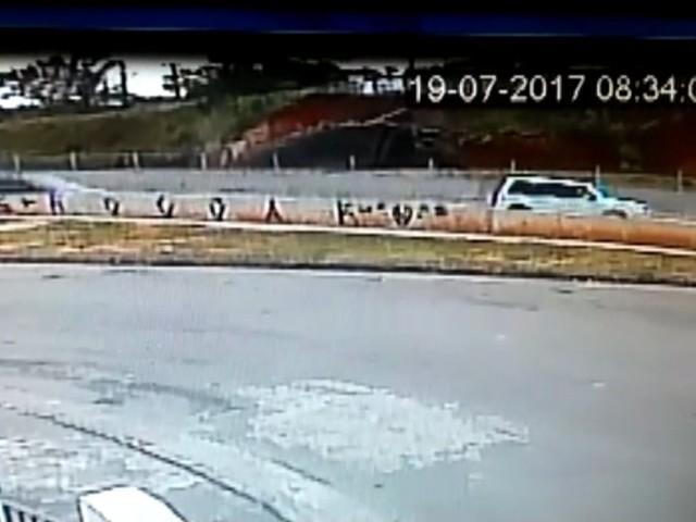 Câmera de segurança registra desmoronamento de terra em rodovia