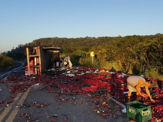 Carreta carregada de legumes tomba em rodovia federal e carga é saqueada no Piauí