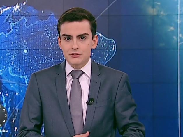 Dudu Camargo quebra o protocolo do SBT, sobe na bancada de telejornal e deixa público perplexo com atitude