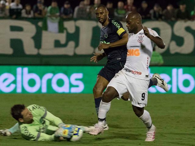 Love e Fagner ignoram desempenho do Corinthians e pedem foco na final