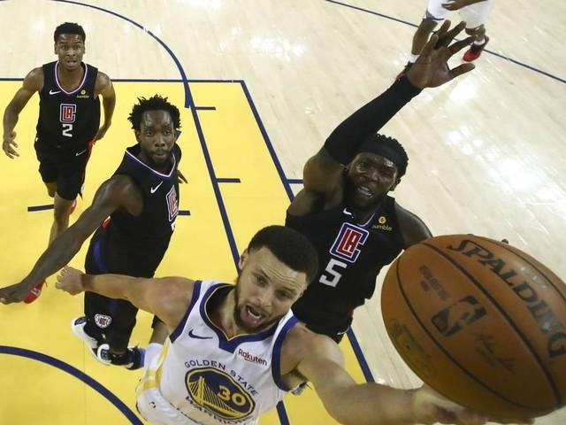 Após atuação impecável sábado, Curry volta a jogar nesta segunda