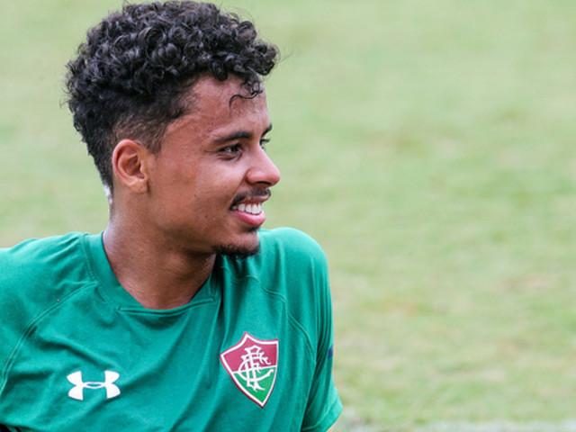 Fluminense oficializa a contratação de volante Allan