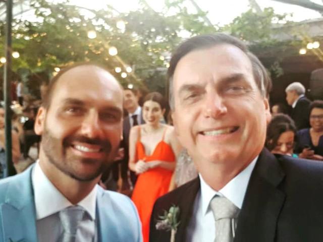 Bolsonaro publica foto com o filho Eduardo em casamento: 'entra no time dos homens sérios'