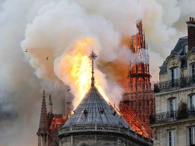 Incêndio atinge catedral de Notre Dame em Paris