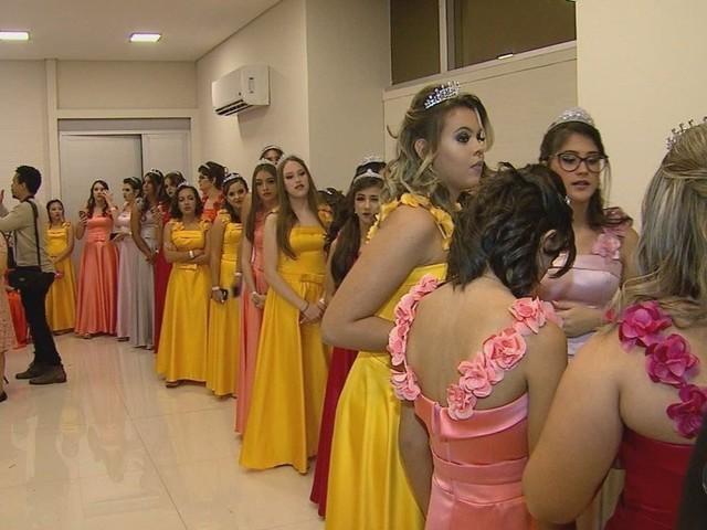 Adolescentes em tratamento contra o câncer ganham baile de debutantes em Barretos, SP