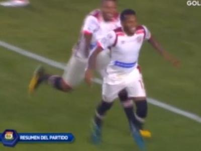 Goleiro faz defesaça, mas leva azar tremendo e toma o gol no Peru
