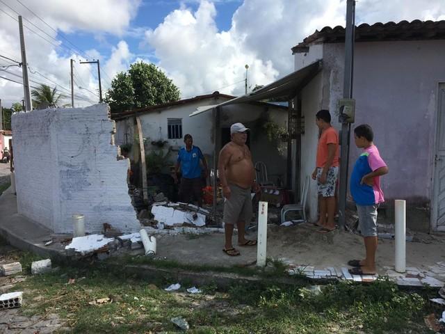 Caminhão sem motorista desce rua e derruba muro de casa em Parnamirim
