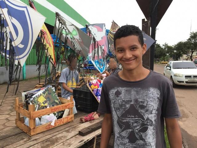 Jovem do AP empreende com venda de pipas e lucra cerca de R$ 40 por dia antes das férias