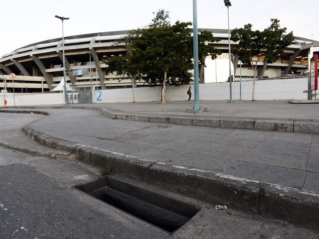 Com cerca de 30 ralos sem tampa, entorno do Maracanã é risco para quem vai torcer na Copa América