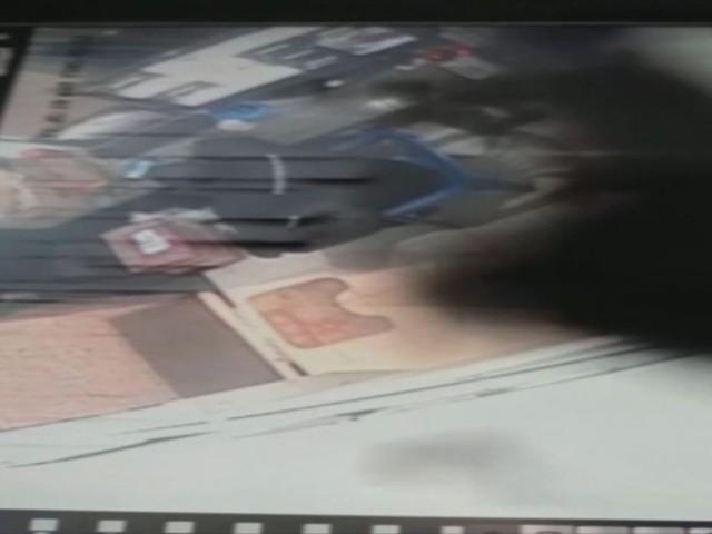 VÍDEO: Homem rouba 'caixinha de Natal' de condomínio e ameaça segurança em Florianópolis