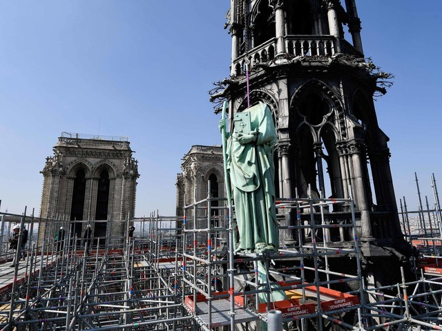 Ponto turístico na França | Catedral de Notre-Dame, em Paris, é atingida por incêndio