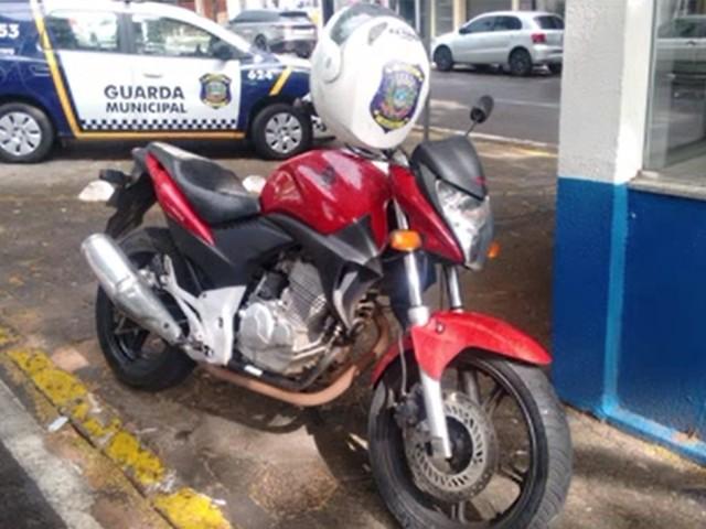 Moto com mais de R$ 50 mil em multas e documentos atrasados é apreendida em Umuarama