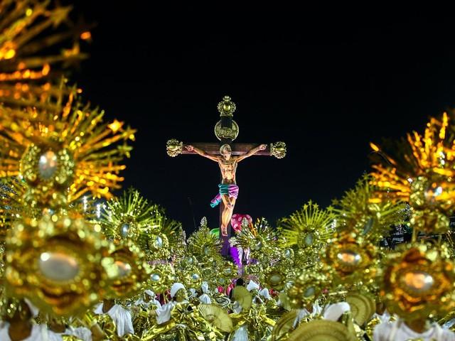 Mangueira leva 'Cristo' à Sapucaí com crítica a Bolsonaro